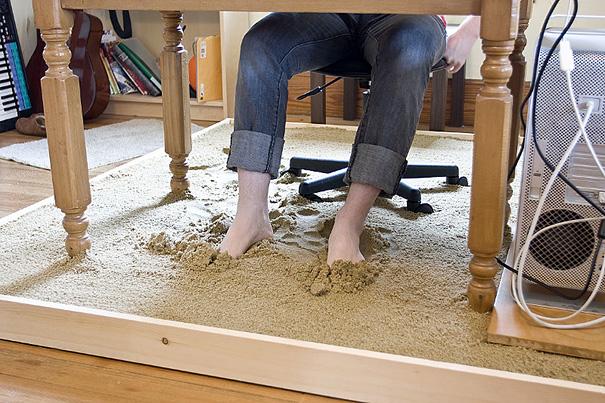 искусственный пляж под столом